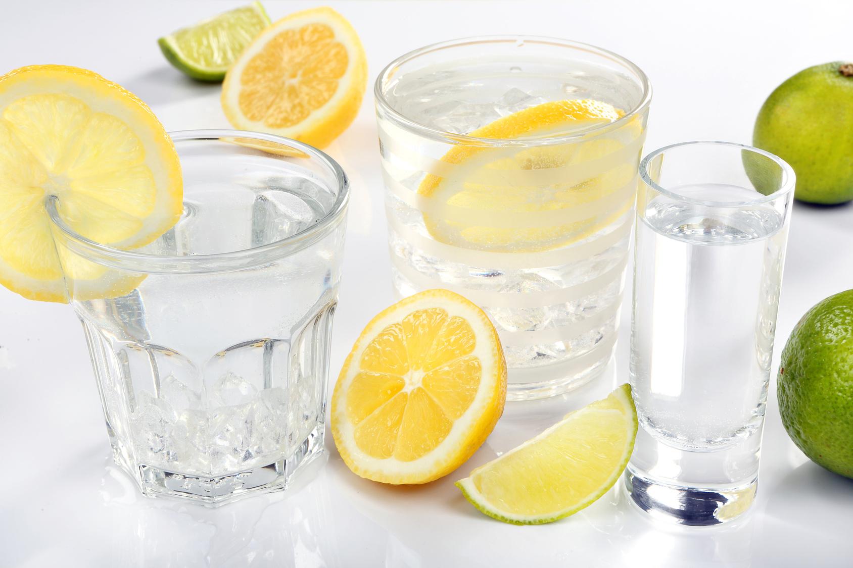 Wasser mit Zitrone für einen gesunden Stoffwechsel