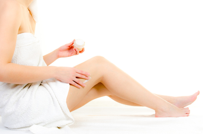 Für straffe Haut, die Beine eincremen