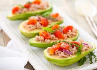 Avocado und Fisch ist reich an gesunden Fetten, die beim Abnehmen helfen