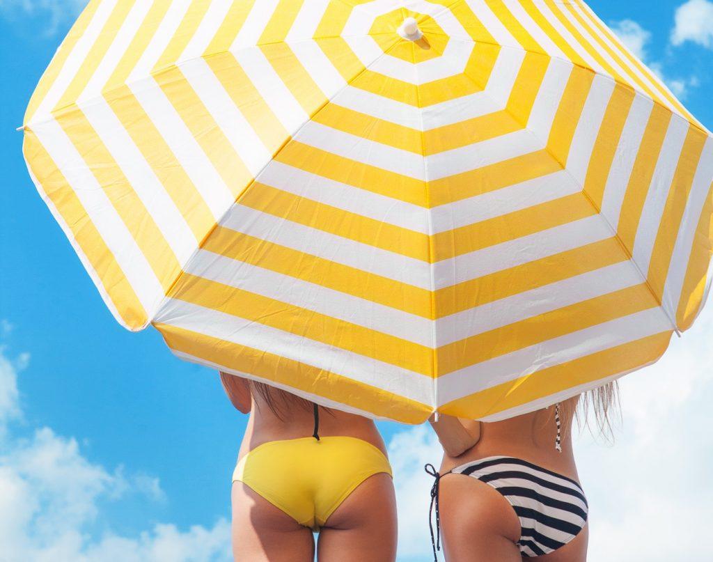 Sonnenschutz am Strand die letzten Kilos abnehmen
