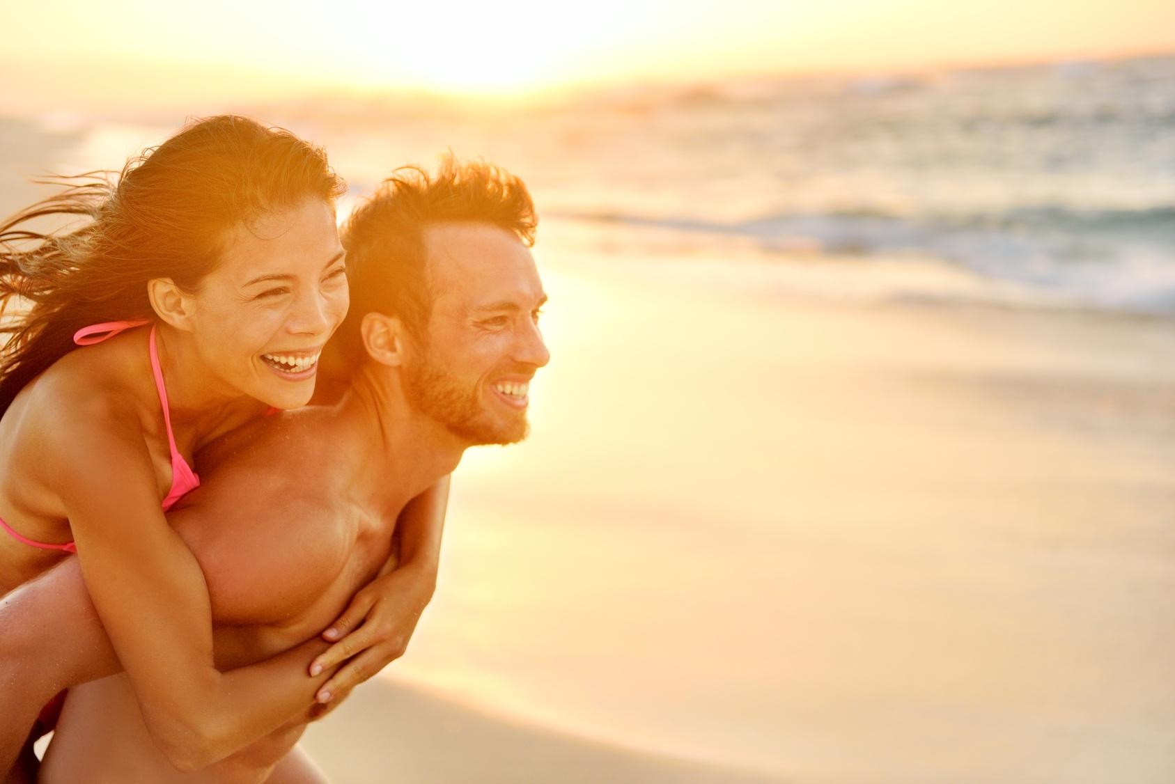 Glückliches Pärchen am Strand