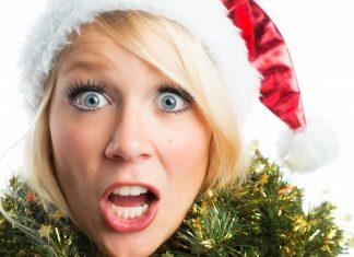 Frau mit Schrecken im Gesicht und Weihnachtsmütze auf dem Kopf