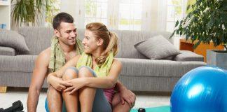 Pärchen beim gemeinsamen Home-Workout