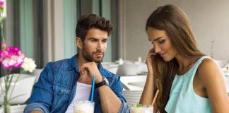 Junges attraktives Paar trinkt Latte Macchiato