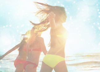 Drei Mädels rennen im Bikini dem Meer entgegen
