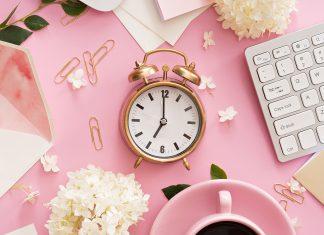 Klassischer Wecker auf dem Schreibtisch