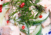 Kokos-Lachs Pfanne mit Gurken garniert mit Dill