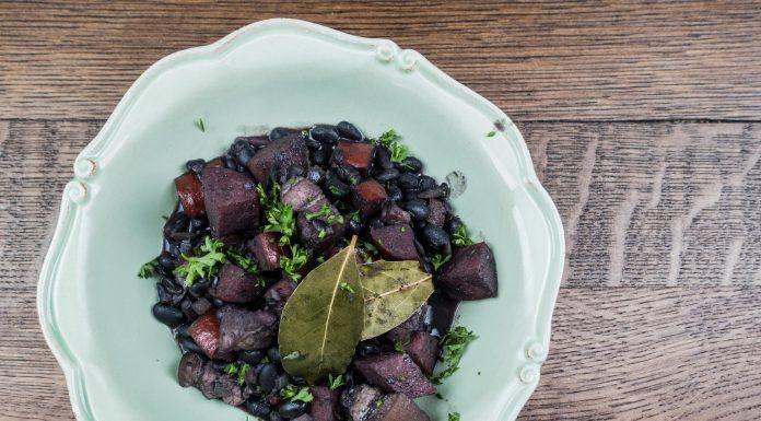 Brasilianischer Bohnen-Eintopf mit schwarzen Bohnen und Speck