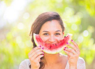 Frau mit Wassermelone als lachender Mund