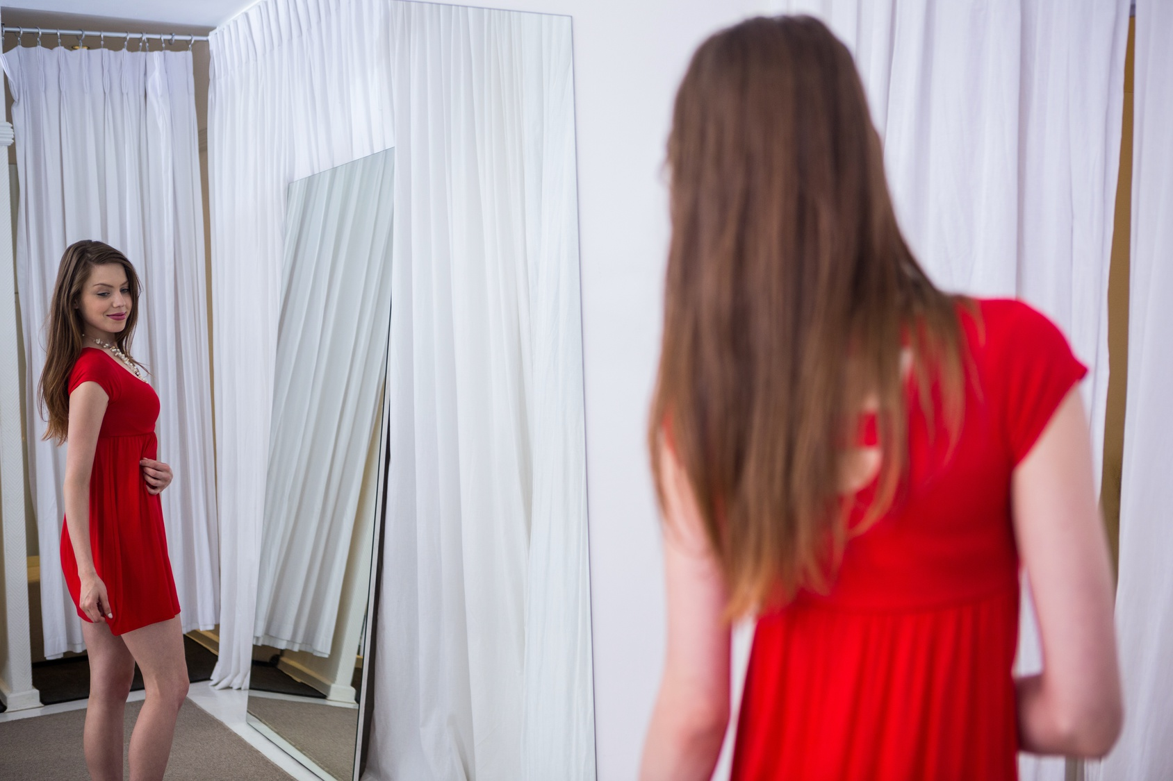 BodyChange Frau vor dem Spiegel