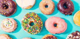 Bunte Donuts mit Streuseln