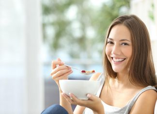 glückliche Frau essend