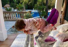 Daniela spielt mit Töchterchen Sophia