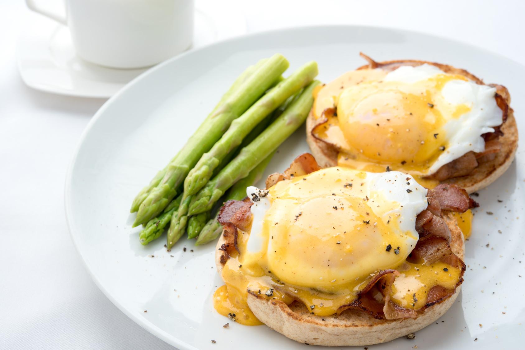 Eier Benedickt mit Spargel
