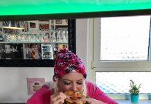 Daniela beißt in einen Hamburger
