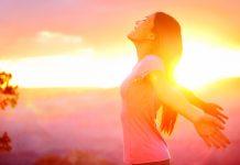Frau bei Sonnenuntergang