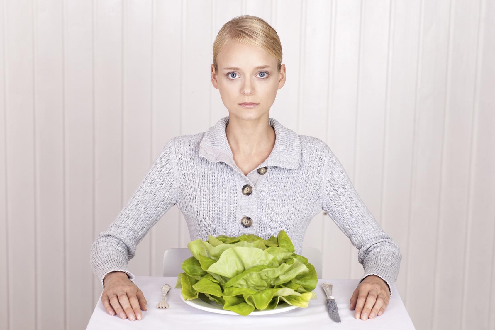 Magersüchtige Frau, Teller mit Salat