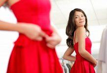 Frau mit rotem Kleid vor Spiegel