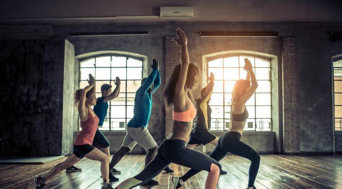 Gruppe macht Workouts im Fitnessstudio