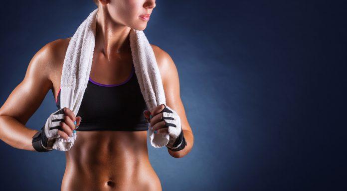 Frau nach Workout mit Handtuch um die Schultern