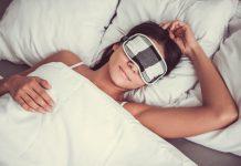 Frau schläft mit Schlafmaske