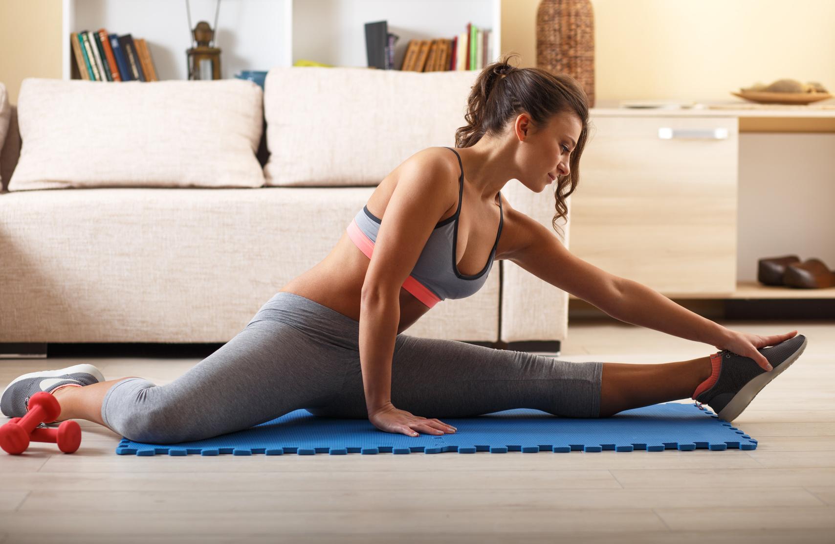 Frau macht Home Workout