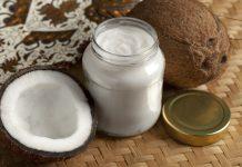 Kokosnuss und Kokosöl stehen auf dem Tisch