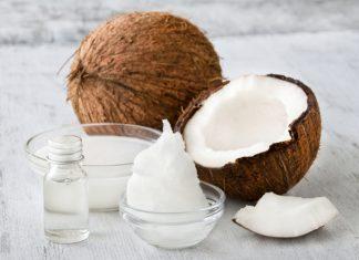 Kokosöl, Kokosmilch und eine Kokosnuss auf einem Tisch