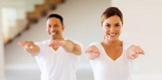 Mann und Frau trainieren und machen Ausfallschritt