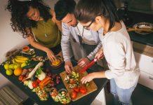 Freunde bereiten Essen zu