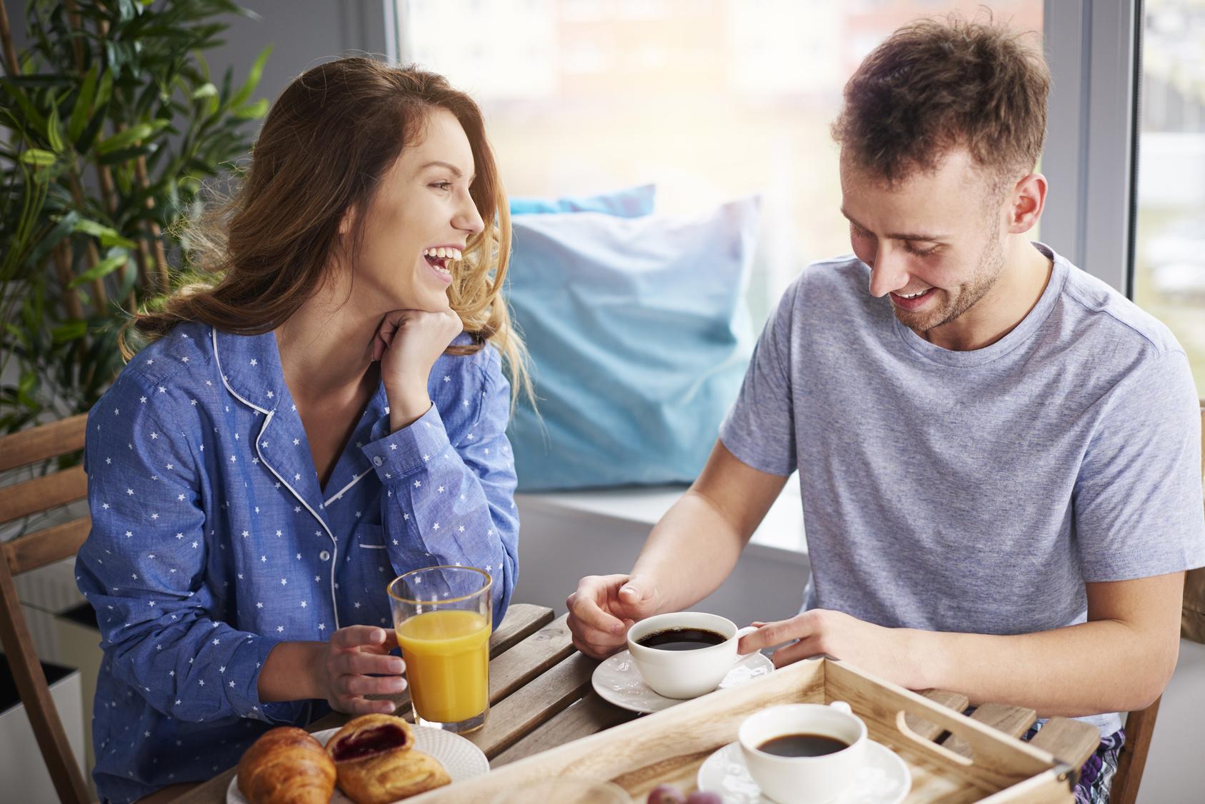 Paar frühstückt gemeinsam