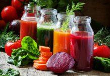 Vier verschiedene Detox-Gemüsesäfte