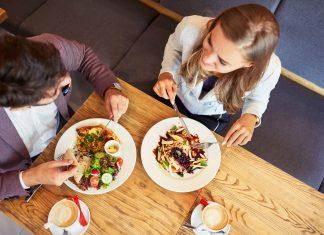 Paar beim Frühstücken im Restaurant