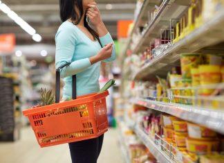Frau beim Einkaufen im Supermarkt entscheidet sich