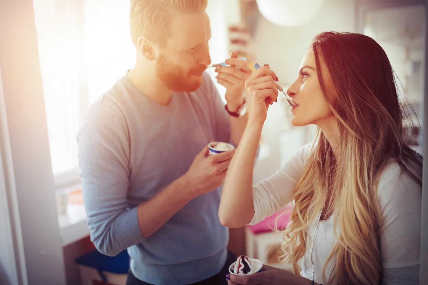 Paar isst Eiscreme