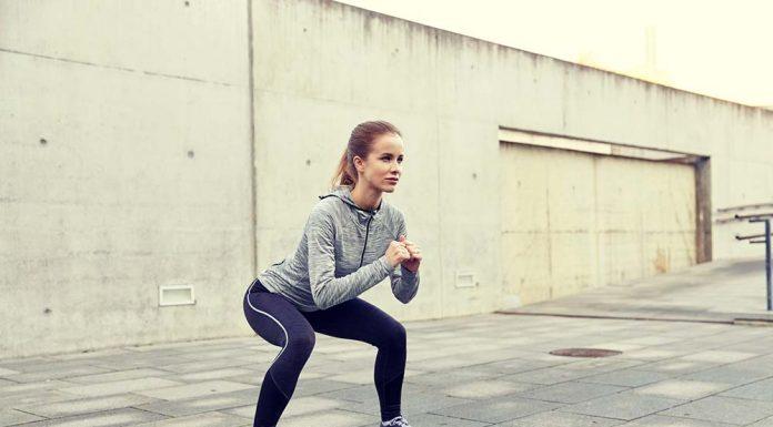 Frau macht Squat outdoor