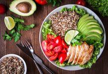 Gesunde Salatbowl mit Avocado, Chicken, Tomaten und Quinoa