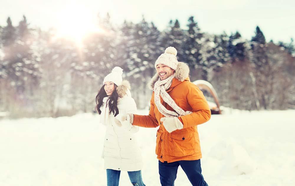 Abnehmen im Winter - Pärchen macht einen Spaziergang im Schnee