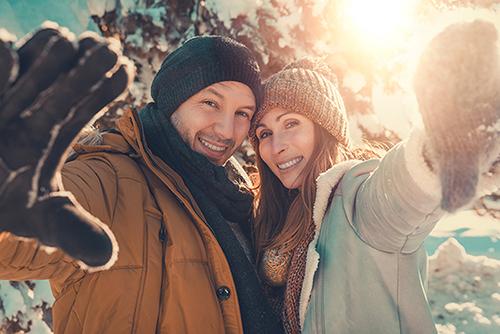 Paar im Winter beim Spazierengehen