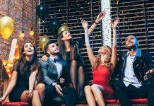Freunde feiern und machen Vorsätze für das neue Jahr