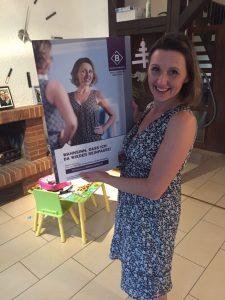 Rosi zeigt stolz ihr BodyChange-Plakat
