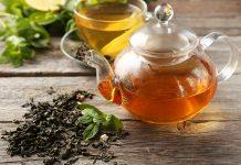 Grüner Tee in einer Teekanne und Tasse, der beim Abnehmen hilft