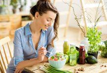 Eine junge Frau isst eine gesunde Zwischenmahlzeit
