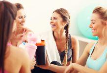 Eine Gruppe von Freundinnen trinkt Abnehmshakes