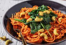 Low Carb Karotten Spaghetti mit Cashew-Möhren-Soße