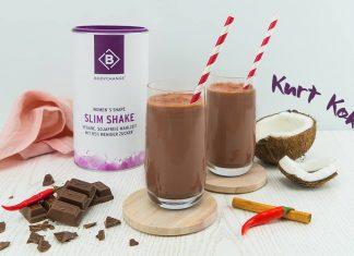 Schokoladiger Shake mit Kokos, Chili und Zimt