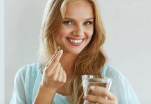Frau nimmt Nahrungsergänzungsmittel, doch helfen sie wirklich beim Abnehmen?