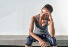 Deprimierte Frau nach dem Sport, weil sie nicht abnimmt