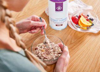 BC Coach Miri beim Frühstück mit dem veganen BodyChange Porridge Schoko-Kokos