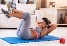 Frau macht Sit-Ups als Bauchübung zum Abnehmen